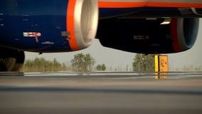 Aviones de pasajero que mueven encendido la pista almacen de video