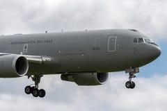 Aviones de petrolero aéreo italianos de Aeronautica Militare Italiana Boeing KC-767A de la fuerza aérea MM62228 en acercamiento a imagen de archivo