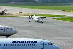 Aviones de Pskov Avia Antonov An-24-RV en el aeropuerto internacional de Pulkovo en St Petersburg, Rusia Foto de archivo