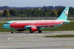 Aviones de Rose Aviation Airbus A320-200 del viento de UR-WRM que corren en la pista del aeropuerto internacional de Borispol imagenes de archivo