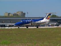 Aviones de salida de Embraer EMB-120RT Brasilia de las líneas aéreas de Air Moldova Imagen de archivo