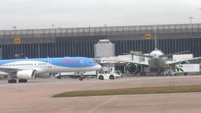 Aviones de Thomson Airlines del remolque en el aeropuerto de Manchester almacen de video
