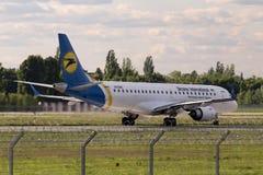 Aviones de Ukraine International Airlines Embraer ERJ190-100 del aterrizaje Foto de archivo libre de regalías