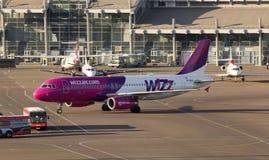 Aviones de Wizz Air Airbus A320 que corren al estacionamiento Imágenes de archivo libres de regalías
