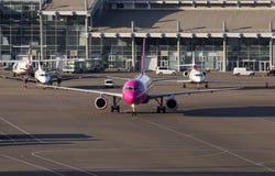 Aviones de Wizz Air Airbus A320 que corren al estacionamiento Fotos de archivo