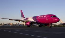 Aviones de Wizz Air Airbus A320 que corren en la pista Imágenes de archivo libres de regalías