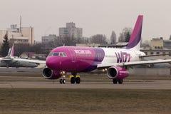 Aviones de Wizz Air Airbus A320-232 que corren en la pista Imágenes de archivo libres de regalías