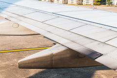 Aviones del ala en despegue que espera del aeropuerto para Fotos de archivo libres de regalías