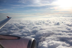 Aviones del ala en el cielo azul Fotos de archivo