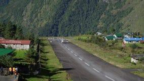 Aviones del aterrizaje en el aeropuerto de Tenzing-Hillary en Lukla metrajes