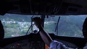 Aviones del aterrizaje en el aeropuerto de Tenzing-Hillary en Lukla El aeropuerto en Lukla es el aeropuerto más peligroso del mun almacen de video