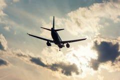 Aviones del aterrizaje en una pista Foto de archivo libre de regalías