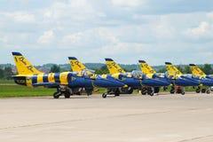 Aviones del ` báltico de las abejas del ` aeroacrobacia letón del equipo en el campo de aviación de Zhukovsky Salón aeronáutico M fotografía de archivo libre de regalías