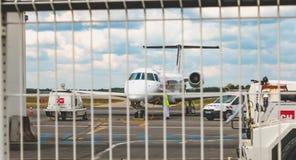 Aviones del mantenimiento en la pista de despeque detrás de una barrera Fotos de archivo