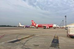 Aviones del ` s A320-200 de Air Asia en el aeropuerto de Don Mueang foto de archivo