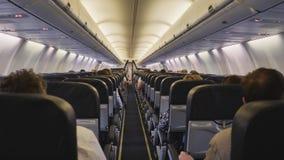 Aviones del salón con los pasajeros de la clase de economía en vuelo almacen de video