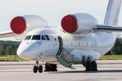 Aviones del transporte con el airstair abierto Imagenes de archivo
