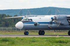 Aviones del turbopropulsor en la pista Foto de archivo libre de regalías