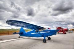 Aviones del vintage en una pista de despeque del aeropuerto Fotografía de archivo libre de regalías