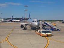 Aviones en el aeropuerto de Sheremetyevo Imagen de archivo libre de regalías