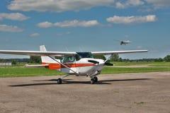 Aviones en el campo de aviación Fotos de archivo libres de regalías