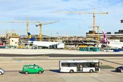Aviones en el delantal en el aeropuerto internacional de Francfort Fotos de archivo
