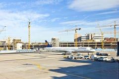 Aviones en el delantal en el aeropuerto internacional de Francfort Foto de archivo libre de regalías