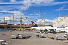 Aviones en el delantal en el aeropuerto internacional de Francfort Imagen de archivo libre de regalías