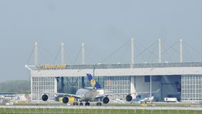 Aviones en el edificio de Lufthansa Technik en el aeropuerto de Munich, MUC