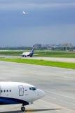 Aviones en el estacionamiento y pista en el aeropuerto internacional de Pulkovo en St Petersburg, Rusia Fotografía de archivo