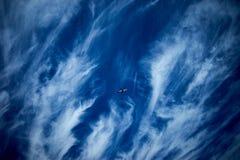 Aviones en el tiempo de verano del cielo azul imágenes de archivo libres de regalías