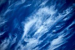Aviones en el tiempo de verano del cielo azul imagen de archivo libre de regalías