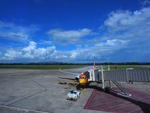 Aviones en hoyo debajo del cielo azul Fotos de archivo