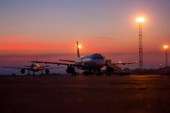 Aviones en la madrugada del delantal del aeropuerto imagen de archivo libre de regalías