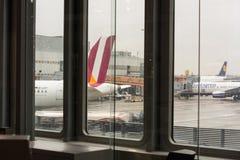 Aviones en la pista Fotos de archivo libres de regalías