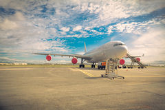 Aviones en la pista de despeque imagen de archivo