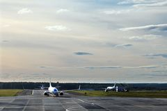 Aviones en la pista de rodaje imágenes de archivo libres de regalías