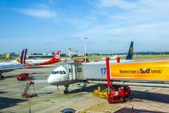 Aviones en la puerta en el terminal 2 Imágenes de archivo libres de regalías