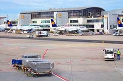 Aviones en la puerta en el terminal 1 en Francfort, Alemania Imágenes de archivo libres de regalías