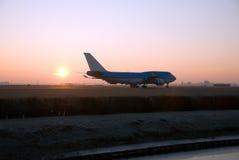 Aviones en la puesta del sol Foto de archivo libre de regalías
