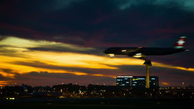Aviones en puesta del sol almacen de video