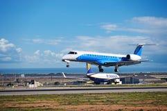 Aviones en un aeropuerto ocupado Imagen de archivo