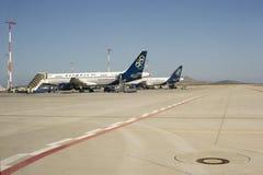 Aviones estacionados en el aeropuerto Fotografía de archivo libre de regalías