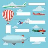 Aviones, helicóptero y dirigible del vuelo tirando de la bandera de la publicidad Fotografía de archivo libre de regalías