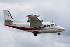 Aviones ligeros bimotores I-FENI de Piaggio P-166C en acercamiento a la tierra imagen de archivo