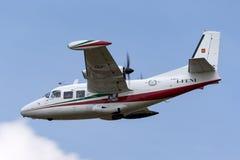 Aviones ligeros bimotores I-FENI de Piaggio P-166C en acercamiento a la tierra foto de archivo libre de regalías
