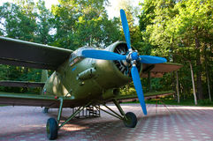 Aviones militares de la Segunda Guerra Mundial en el bosque Fotografía de archivo