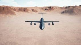 Aviones militares grandes del carguero que vuelan bajo sobre el desierto 4K almacen de metraje de vídeo