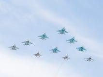 10 aviones militares MiG-29 y pirámide del vuelo de Sukhoi Fotos de archivo libres de regalías