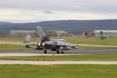 Aviones militares, tornado con los dispositivos de poscombustión en la pista foto de archivo libre de regalías